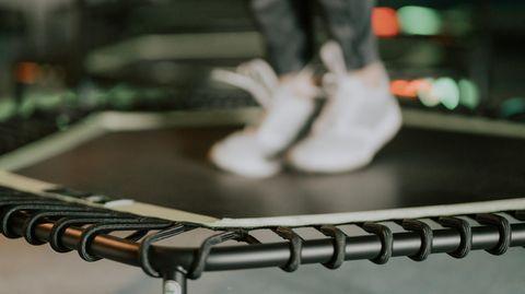 Jumping Fitness: Füße federn auf einem Fitness-Trampolin