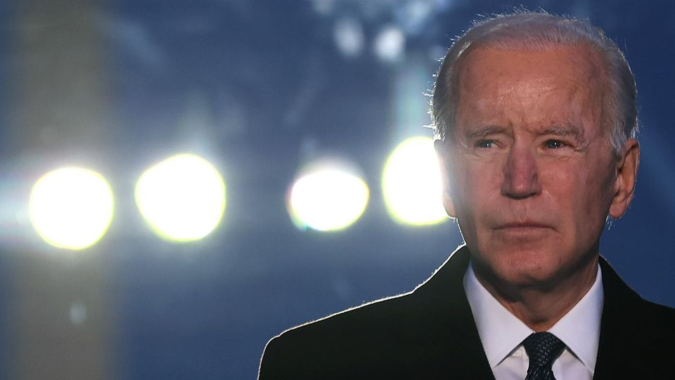 US-Präsident Joe Biden vor Scheinwerfern in Washington
