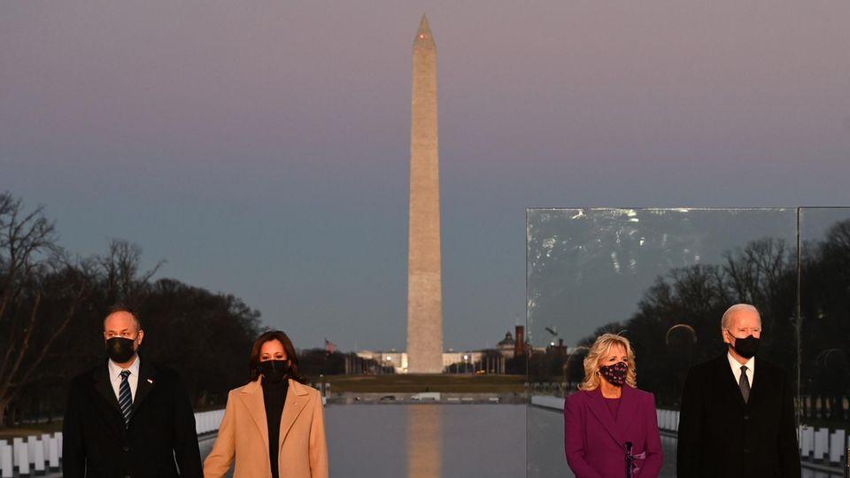 Kamala Harris (2. v. l.), Douglas Emhoff (l.), Joe Biden (r.) vor dem Lincoln Memorial