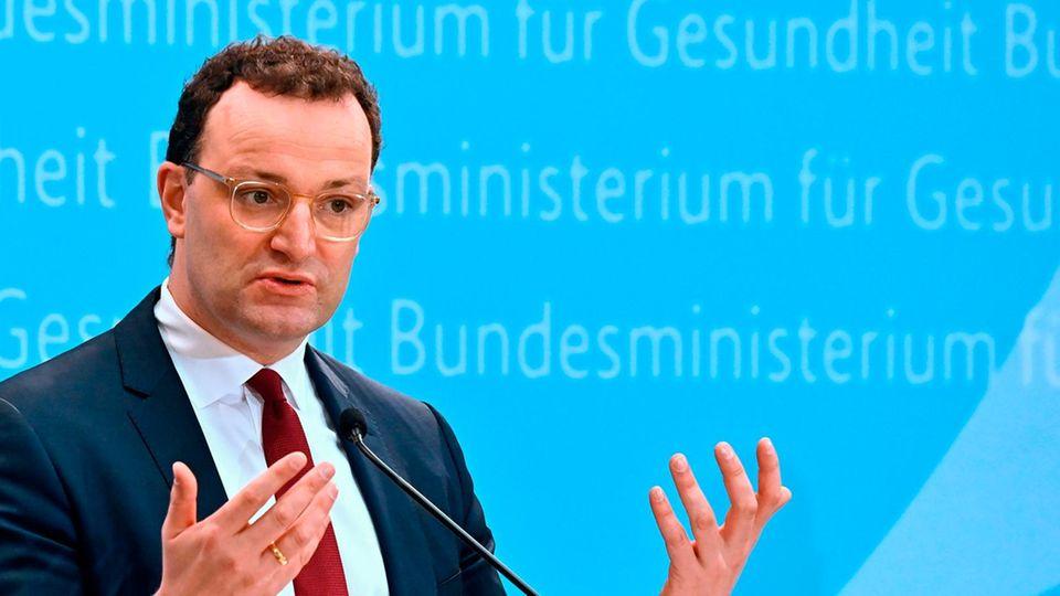Gesundheitsminister Jens Spahn steht an einem Redepult und gestikuliert beim Sprechen mit beiden Händen
