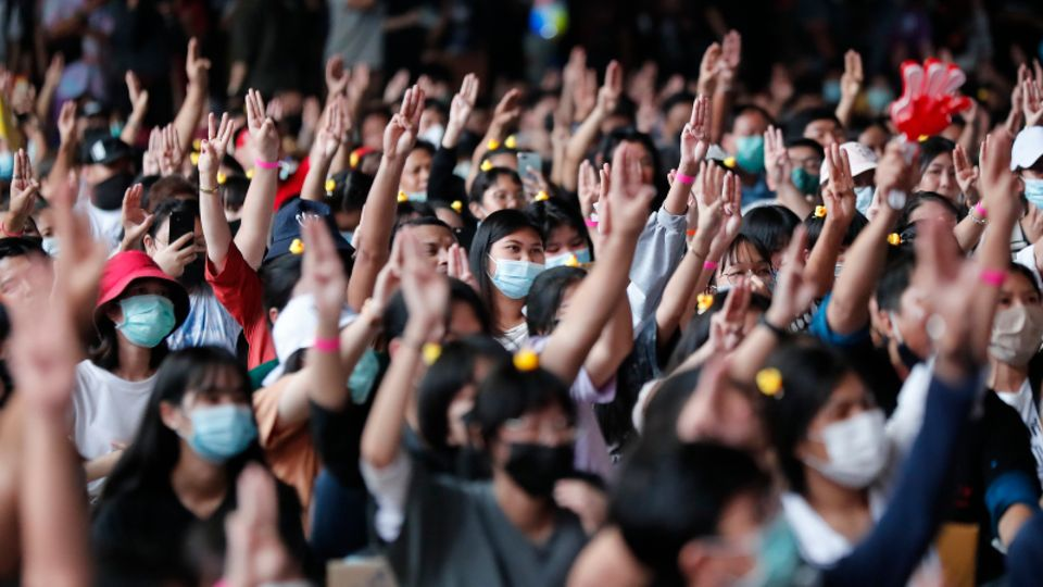 Bei einer pro-demokratischen Kundgebung zeigen Teilnehmer den drei-Finger-Gruß als Zeichen des Widerstands.