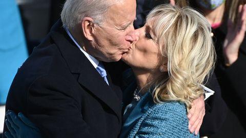 Love is in the air: Joe und Jill umarmen und küssen sich nach der geschafften Amtsübernahme