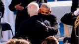 Einfach Bromance - der frischvereidigte Präsident Joe Biden umarmt seinen alten Freund und ehemaligen Präsidenten Barack Obama