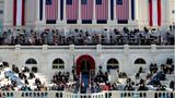 Und einmal rausgezoomt: Die Empore des Kapitols ist mit US-Flaggen geschmückt - die Gäste sitzen wegen Corona auseinander, alle tragen Maske
