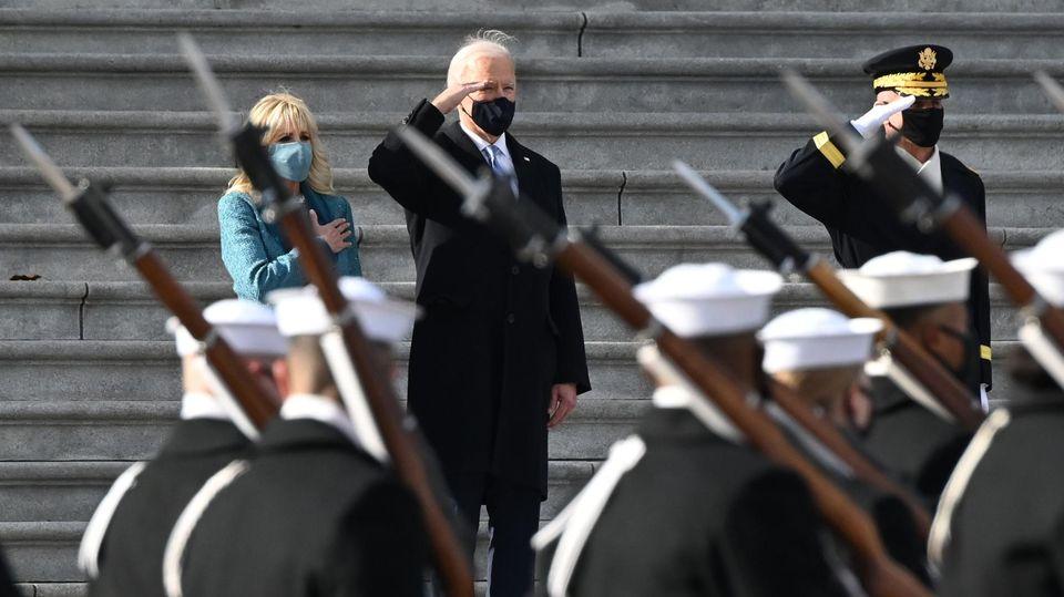 Machtwechsel im Weißen Haus: Joe Biden begrüßt US-Truppen und legt Kranz am Grab des unbekannten Soldaten nieder