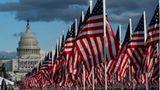 Flaggen anstelle von Zuschauern: Wo normalerweise ein Menschenmeer die Zeremonie verfolgen würde, schmücken pandemiebedingt Hunderttausende US-Flaggen die Fläche zwischen Kapitol und Licoln Memorial