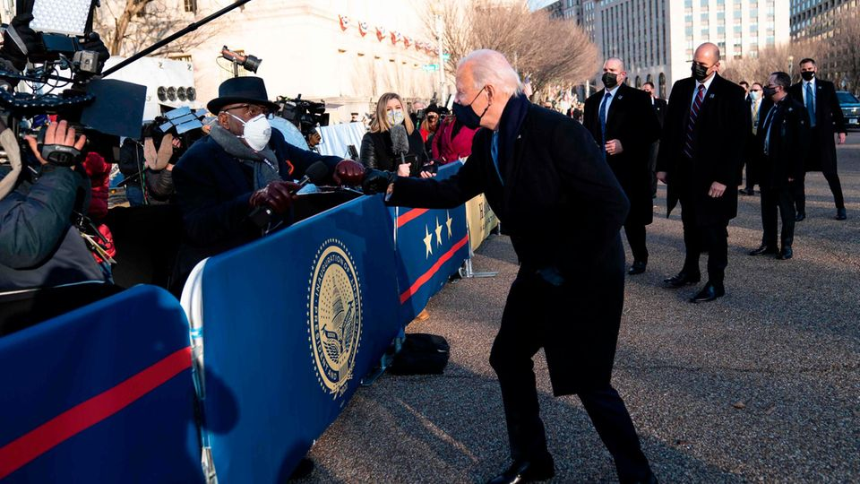 Joe Biden begrüßt einen Reporter