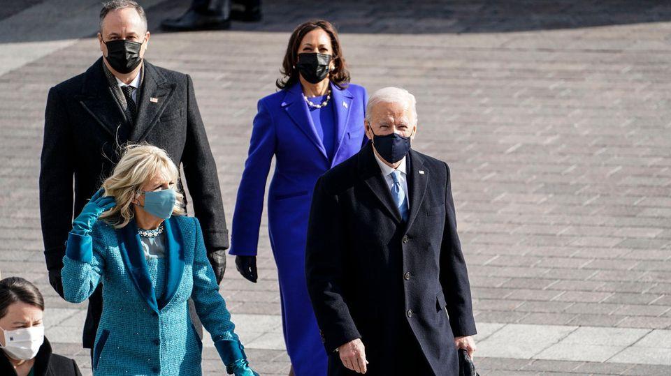 Die Herren Biden und Emhoff trugen klassisch Ralph Lauren, während die Frauen Biden und Harris unbekanntere Designer wählten