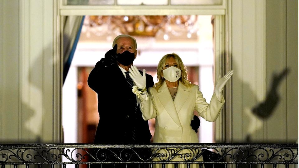 US-Präsident Joe Biden und First Lady Jill Biden sehen vom Balkon im Weißen Haus aus zu, wie ein Feuerwerk den Himmel erhellt