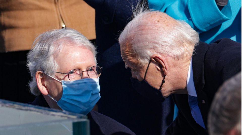 Mitch McConnell (l.), Minderheitsführer der Republikaner im US-Senat, und der neue US-Präsident Joe Biden