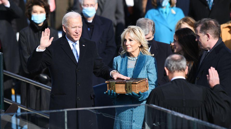 Washington, USA.Es ist die59. Amtseinführung einesUS-Präsidentenund das Ende der Ära von Donald Trump:Joe Biden wird als 46. Präsident der Vereinigten Staaten vereidigt, während seine Frau Jill Biden die Bibel hält.