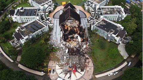 Indonesien, Mamuju: Ein Regierungsgebäude wurde schwer beschädigt