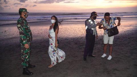 Kontrolle am abendlichen Strand: Masken-Check amCanggu Beach auf der InselBali