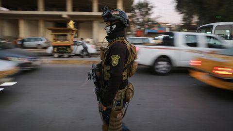 Irak, Bagdad: Ein irakischer Polizist patrouilliert auf einer Straße