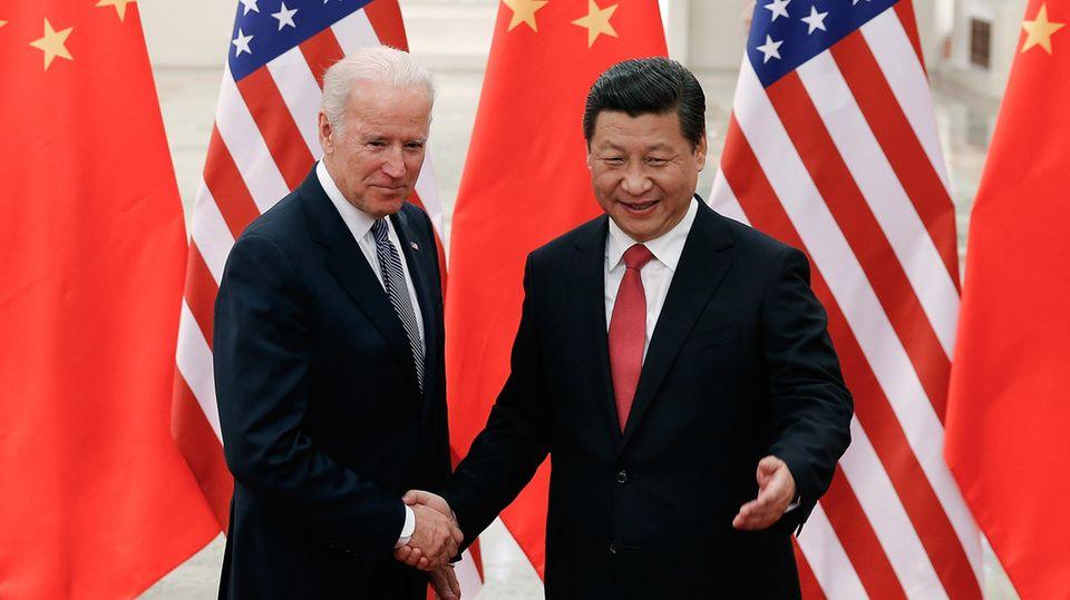 Die chinesische Regierung hatzu einem Neustart der bilateralen Beziehungen aufgerufen. Den Staatschef Xi Jinping kennt Joe Biden bereits. Hier treffen sich die beiden 2013 bei einem offiziellen Besuch in Peking.