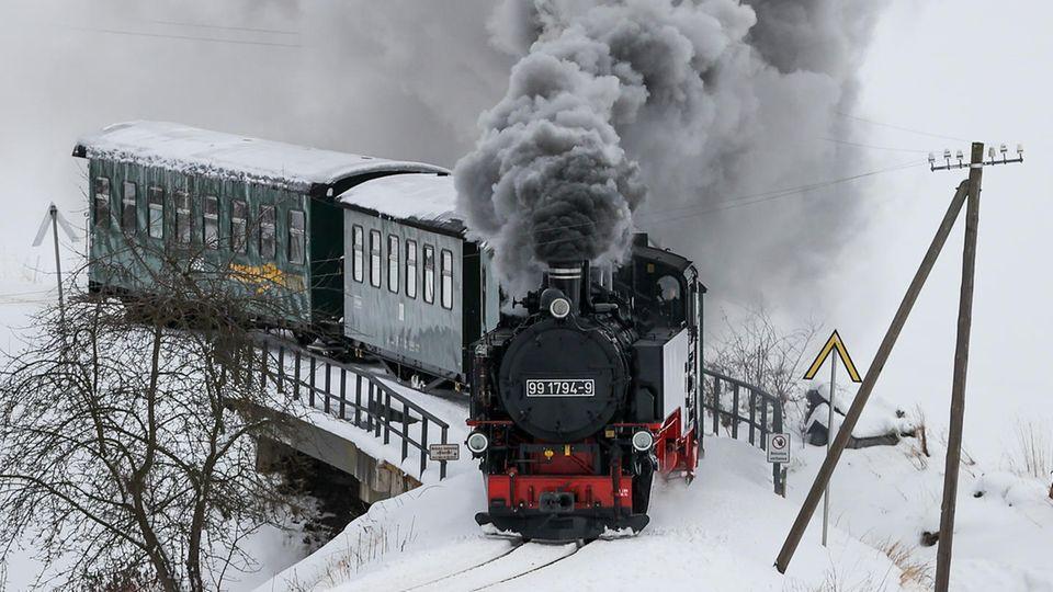 Die Fichtelbergbahn auf dem Weg nach Oberwiesenthal im tiefen Winter