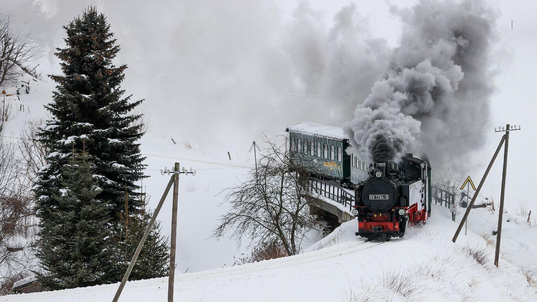 Die Reise beginnt im Bahnhof Cranzahl der Bahnstrecke Vejprty–Annaberg-Buchholzund führt über Neudorf nach Oberwiesenthal