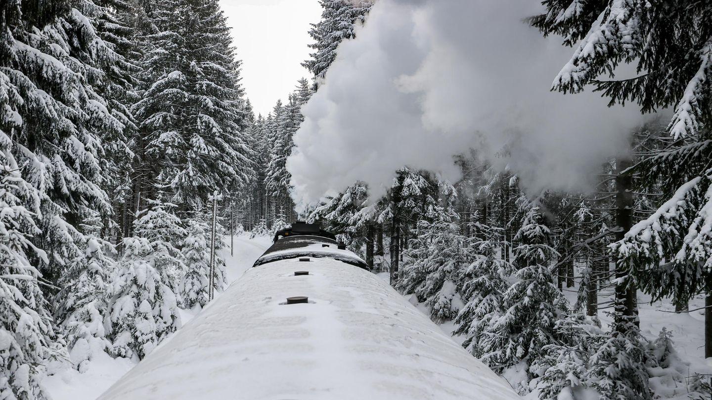 Perspektivenwechsel: Eingleisig geht es durch den frisch verschneiten Wald