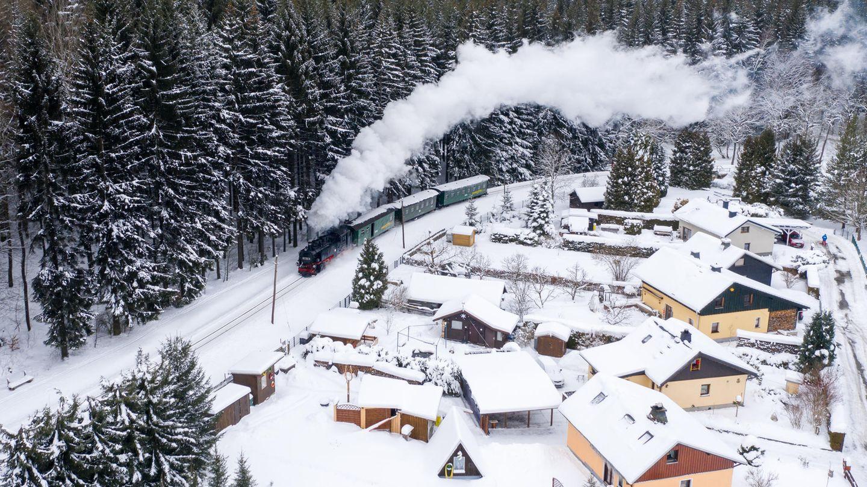 Bild 1 von 10der Fotostrecke zum Klicken:Die Fichtelbergbahn dampft durch das verschneite Erzgebirge