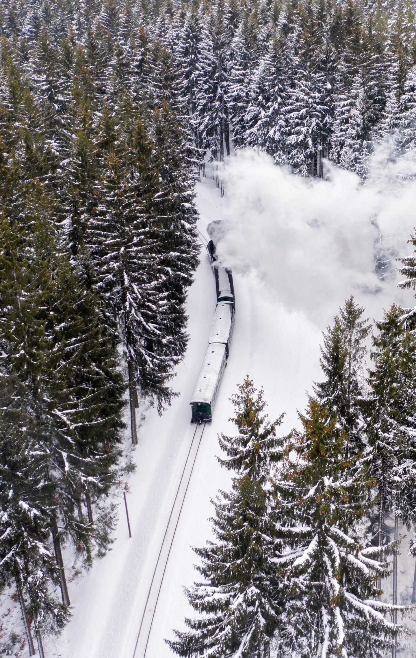 Luftaufnahme mit Drohne: Selbst auf den Waggons liegt der Schnee.