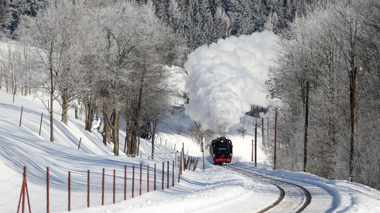 Den wenigen Passagieren bietet sich momentan ein wundervoller Ausblick auf verschneite Landschaft
