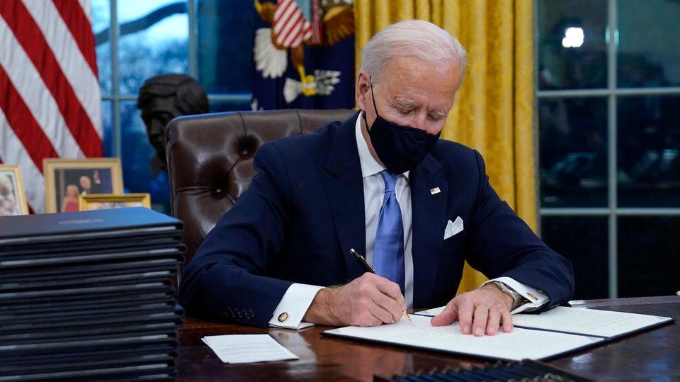Joe Biden unterzeichnet im Oval Office eine Verfügung