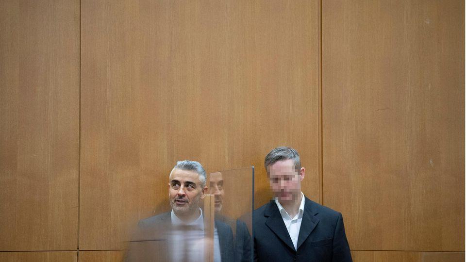 Der Hauptangeklagte Stephan E. (r.) seinem Verteidiger Mustafa Kaplan
