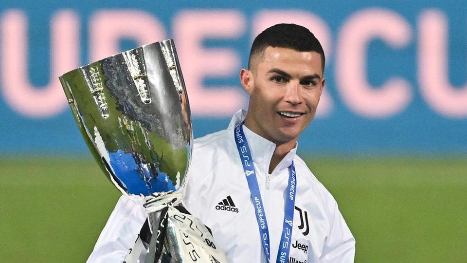 Ronaldo hält den Supercup-Pokal, den er mit Juventus Turin gegen den SSC Neapel gewann