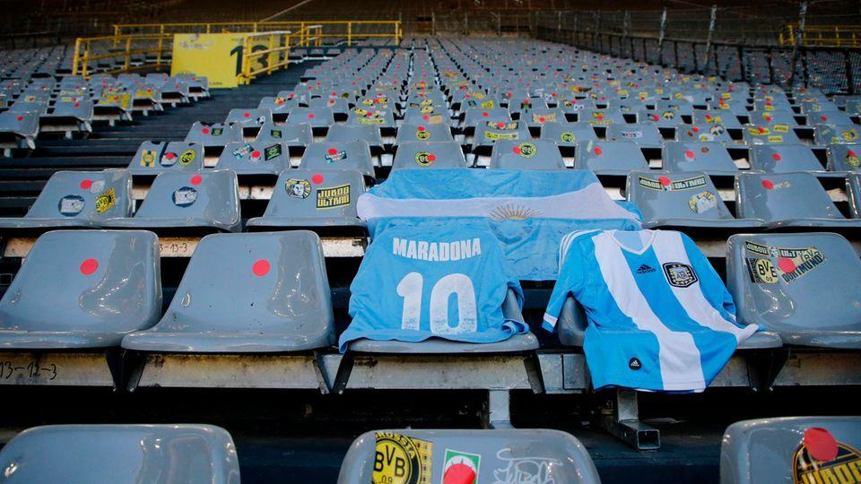 Maradona-Trikot auf der Tribüne des Signal-Iduna-Parks in Dortmund