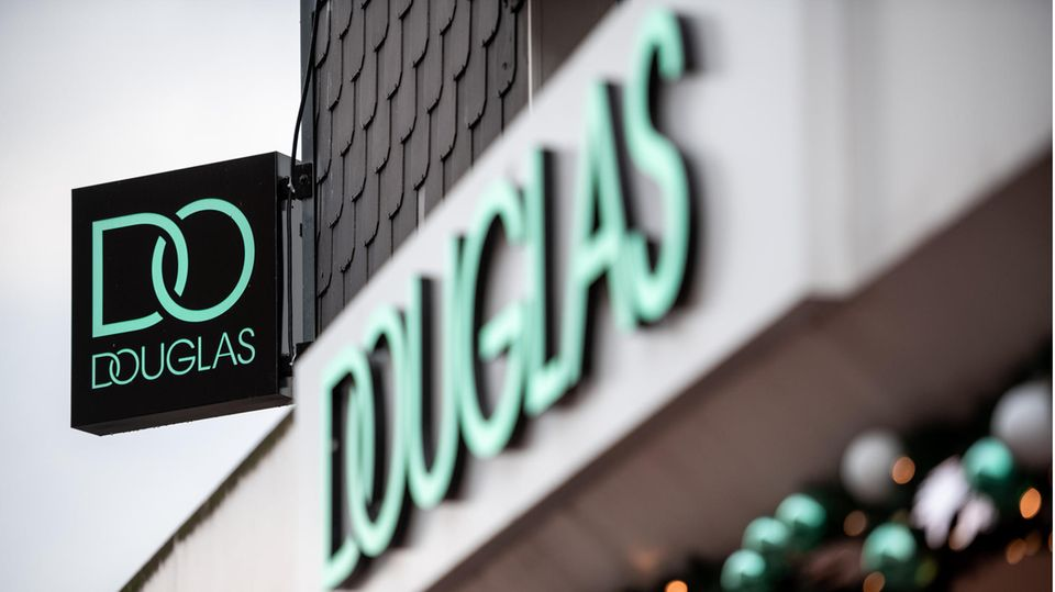 Der Schriftzug mit dem aktuellen Logo der Firma Douglas hängt an einer Außenwand