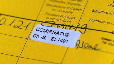 Ein Impfpass mit einer eingetragenen Impfung gegen das Coronavirus