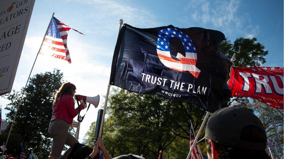 """""""Trust the Plan"""": Vielen QAnon-Anhängern fällt es zunehmend schwer, an die rechte Verschwörungsideologie zu glauben"""