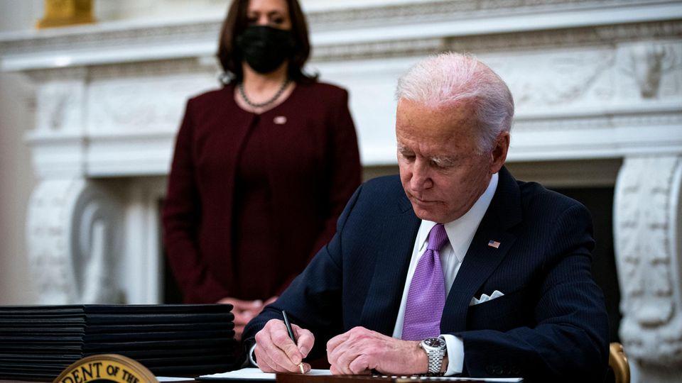 US-Präsident Joe Biden und seine Vizepräsidentin Kamala Harris (im Hintergrund)