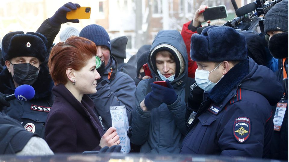 Die Pressesprecherin von Alexej Nawalny, Kira Jarmysch, stellt sich Polizisten entgegen