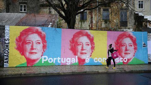 Lissabon, Portugal.Eine Frau geht an Wahlkampfplakaten für die Präsidentschaftskandidatin Ana Gomes vorbei. Portugal hält am Sonntag, den 24. Januar 2021 seine Präsidentenwahl ab.