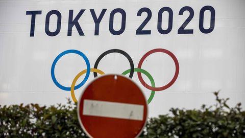 """Vor einem Plakat mit den Olympischen Ringen unter dem Schriftzug """"Tokyo 2020"""" steht ein """"Einfahrt verboten"""" Schild"""