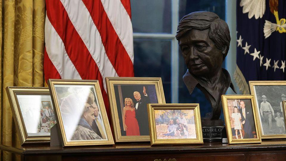 Eine Bronzebüste des lateinamerikanischen Bürgerrechtsführers Cesar Chavezwurde hinter Bidens Schreibtisch aufgestellt.