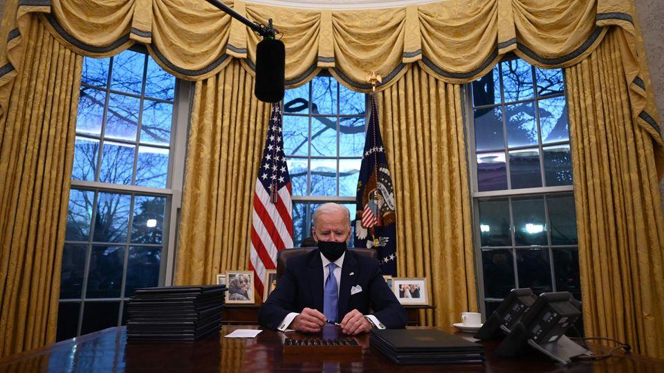 Joe Biden am Schreibtisch im Oval Office