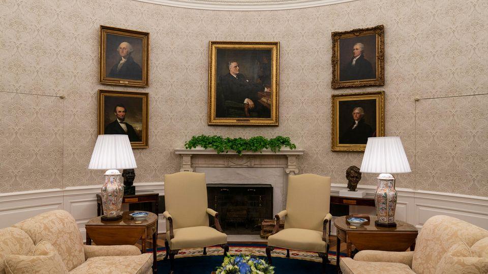 Das Oval Office im Weißen Haus ist für den ersten Tag der Amtszeit von US-Präsident Biden neu dekoriert, u.a. mit einem Gemälde des ehemaligen Präsidenten Franklin D. Roosevelt über dem Kamin.