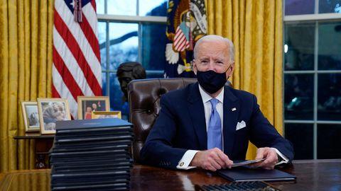 US-Präsident Joe Biden bereitet sich auf die Unterzeichnung seiner ersten Anordnungen im Oval Office des Weißen Hauses vor.