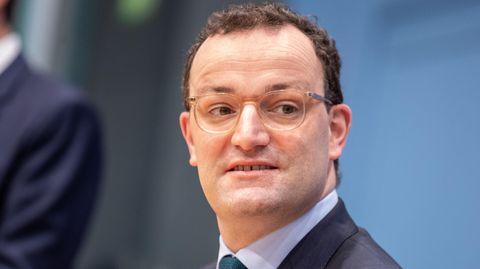 Das Gesicht von Bundesgesundheitsminister Jens Spahn - mit braunen Locken und durchsichtigem Brillengestell - in Großaufnahme