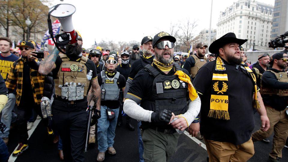 """USA, Washington: Unterstützer von US-Präsident Trump tragen bei einer Kundgebung auf dem Freedom-Plaza Kleidung, die mit der rechten Gruppierung """"Proud Boys"""" assoziiert wird"""