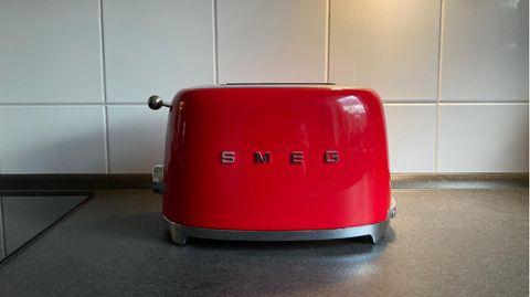 Geschenke, die man sich selbst nie kaufen würde: roter Toaster auf einer Arbeitsplatte