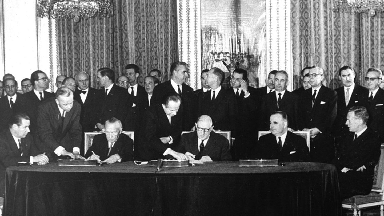 Konrad Adenauer und Charles de Gaulle unterzeichnen der Elysée-Vertrag im Jahr 1963