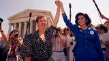 Jane Roe und ihre Anwältin Gloria Allred 1973 vor dem Supreme Court in Washington