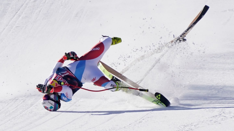 Urs Kryenbühls Körper verdreht sich während des Sturzes. Swiss Ski teilte mit, dass er nach ersten Untersuchungen eine Gehirnerschütterung, einen Bruch des rechten Schlüsselbeines sowie einen Riss des Kreuz- und Innenbandes im rechten Knie zugezogen hat