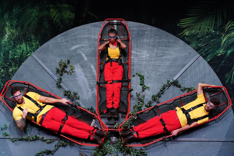 Sobald sich das Rad dreht, werden die drei Bewerber immer wieder mit dem Kopf durch ein Becken voller Dschungelschlotze gezogen.