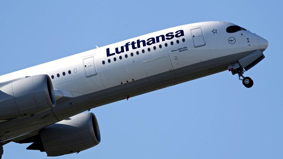 Ein Airbus A350-900 derLufthansa startet