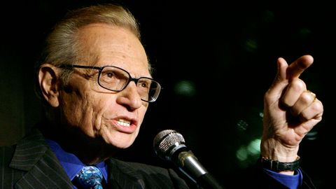 Talkshow-Veteran Larry King spricht zu den Gästen einer Party in New York.