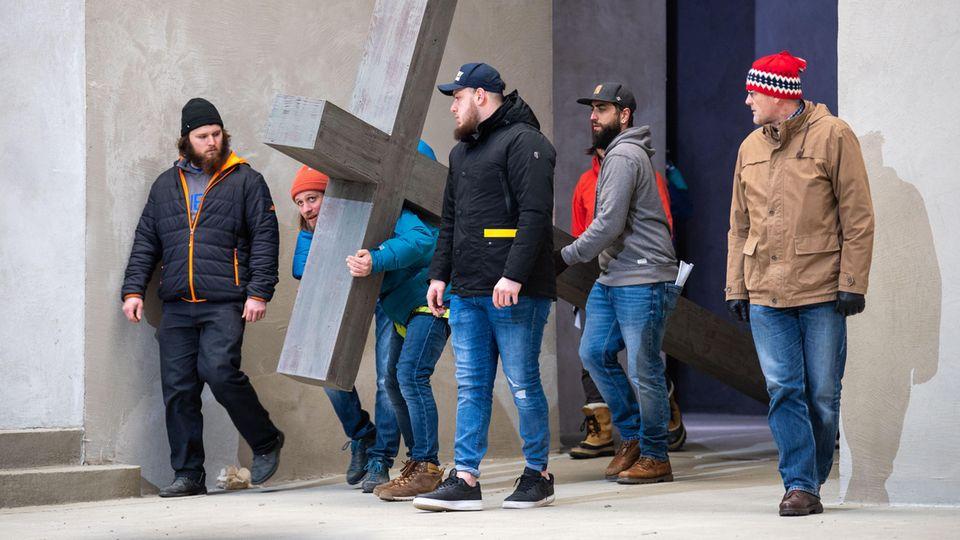 Schauspieler um Frederik Mayet (2.v.l), der die Rolle von Jesus Christus spielt, proben auf der Bühne vom Passionsspielhaus Oberammergau für die Passionsspiele.